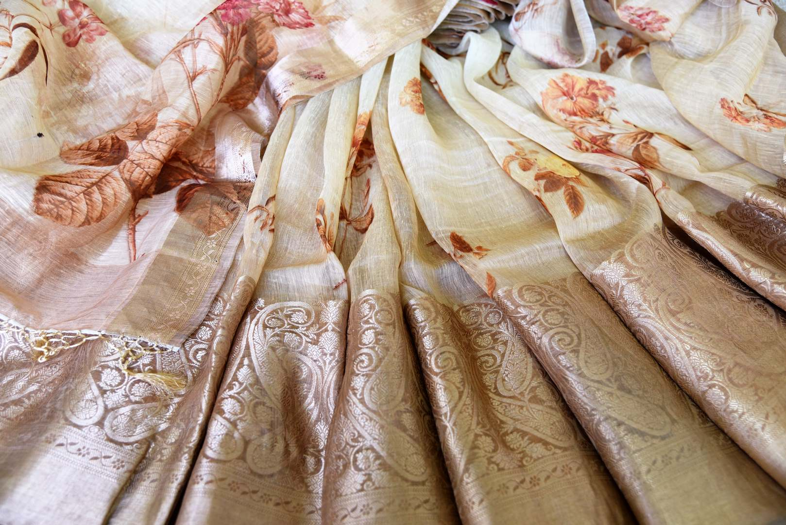 Buy cream floral print linen Benarasi saree online in USA with golden border. Update your saree wardrobe with stunning Indian handwoven sarees from Pure Elegance Indian fashion store in USA. Shop now.-details