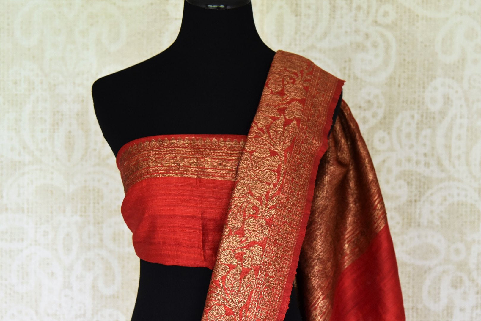 Buy purple tussar Benarasi saree online in USA with red antique zari border. Be an epitome of elegance in exquisite Banarasi saris from Pure Elegance Indian clothing store in USA.-blouse pallu