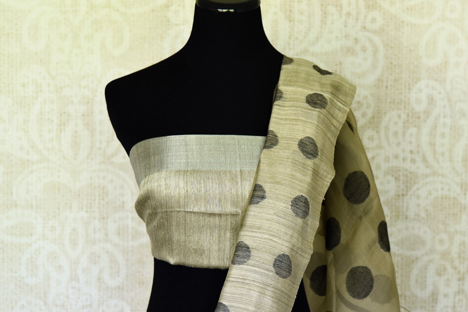 Buy grey matka silk saree online in USA with polka dots. Redefine your ethnic sartorial choice with a splendid variety of handwoven silk saris from Pure Elegance Indian clothing store in USA.-blouse pallu