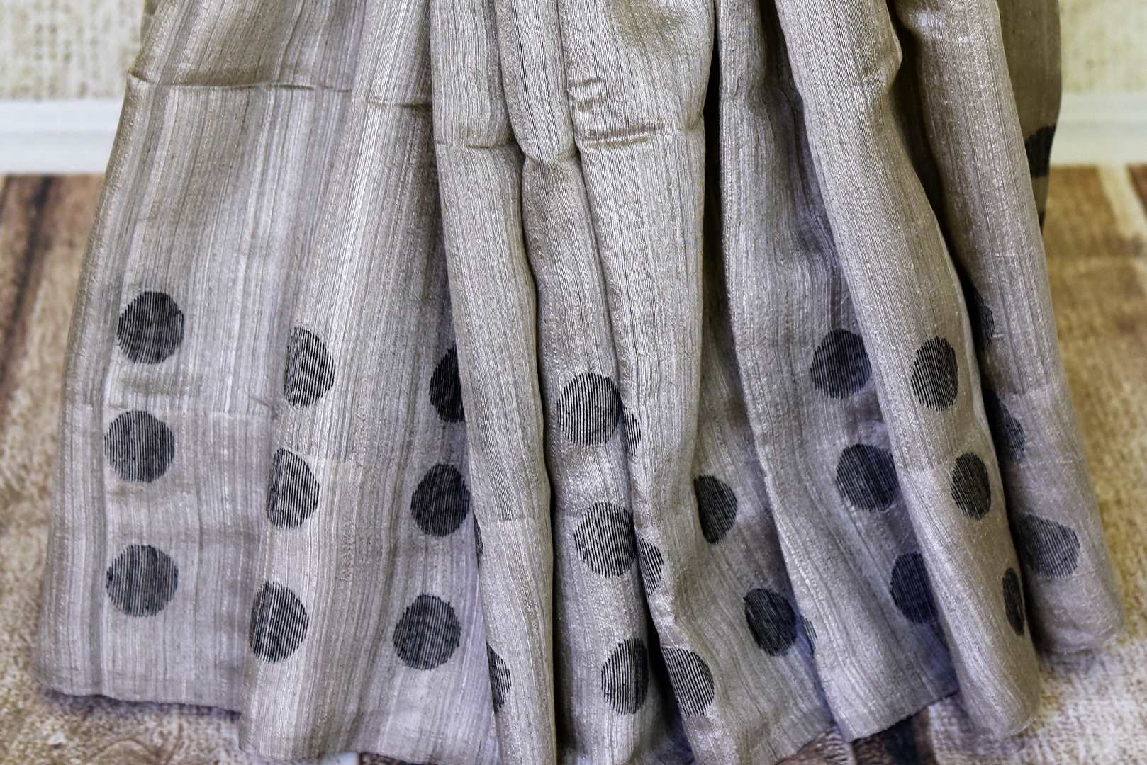 Buy grey matka silk saree online in USA with polka dots. Redefine your ethnic sartorial choice with a splendid variety of handwoven silk saris from Pure Elegance Indian clothing store in USA.-pleats