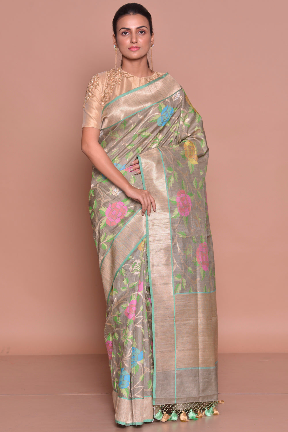 Buy alluring grey floral Banarasi silk saree online in USA with zari border and beige embroidered sari blouse. Set ethnic fashion goals with exquisite designer sarees with blouse, Banarasi sarees, Kanchipuram saris from Pure Elegance Indian luxury clothing store in USA.-full view