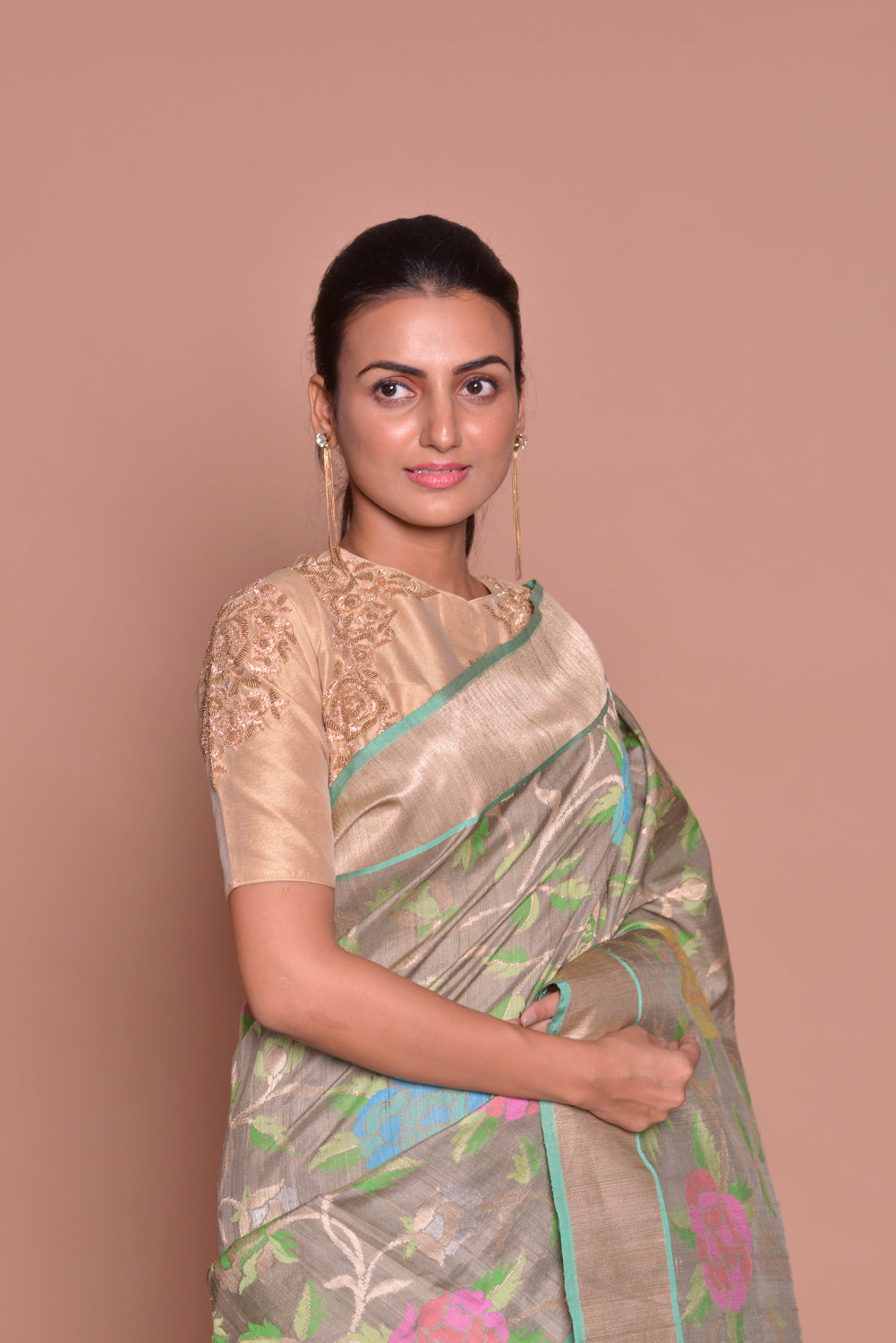 Buy alluring grey floral Banarasi silk saree online in USA with zari border and beige embroidered sari blouse. Set ethnic fashion goals with exquisite designer sarees with blouse, Banarasi sarees, Kanchipuram saris from Pure Elegance Indian luxury clothing store in USA.-closeup