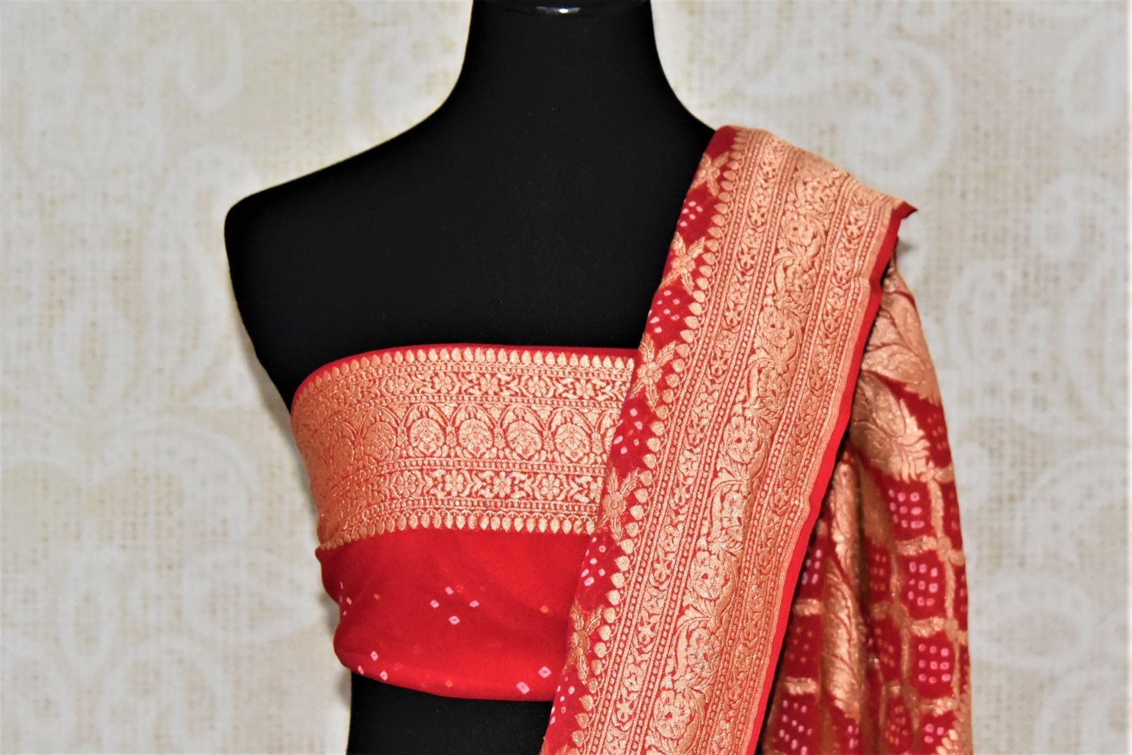 Shop bright pink and red bandhej georgette Banarasi saree online in USA. Spread your ethnic charm on special occasions with traditional Banarasi sarees, bandhej sarees, georgette sarees from Pure Elegance Indian fashion store in USA.-blouse pallu