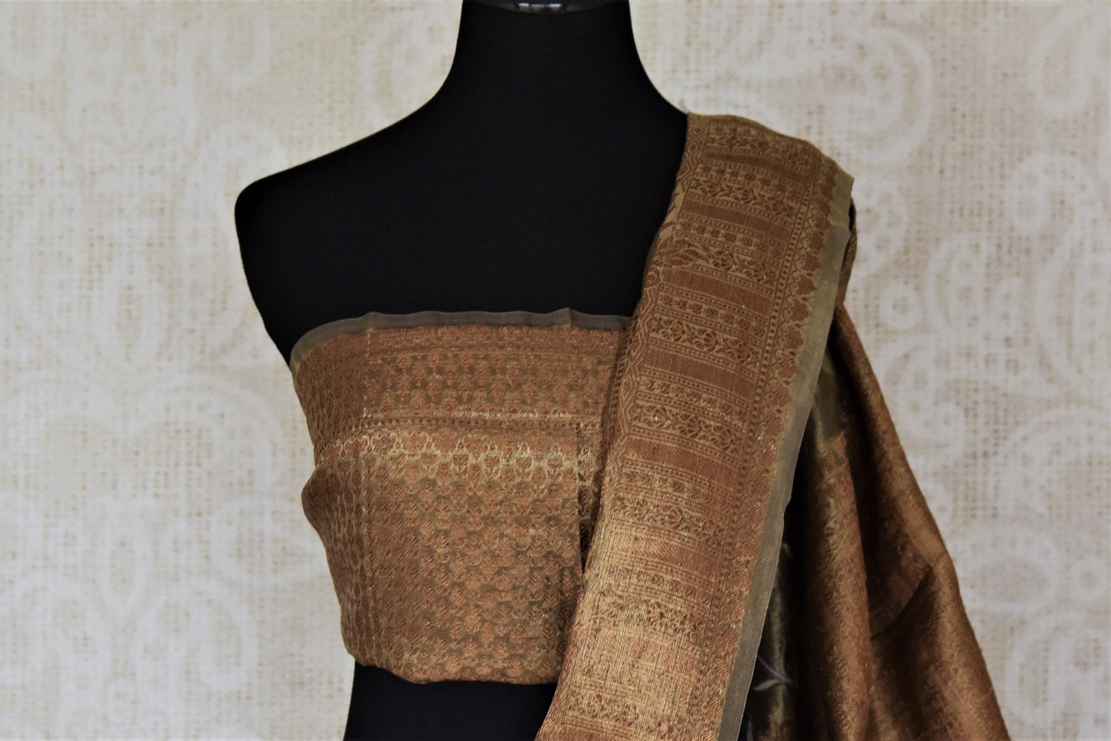 Buy gorgeous golden embroidered metallic linen sari online in USA. Be the talk of the occasions in exquisite linen sarees, embroidered saris from Pure Elegance Indian fashion store in USA. -blouse pallu