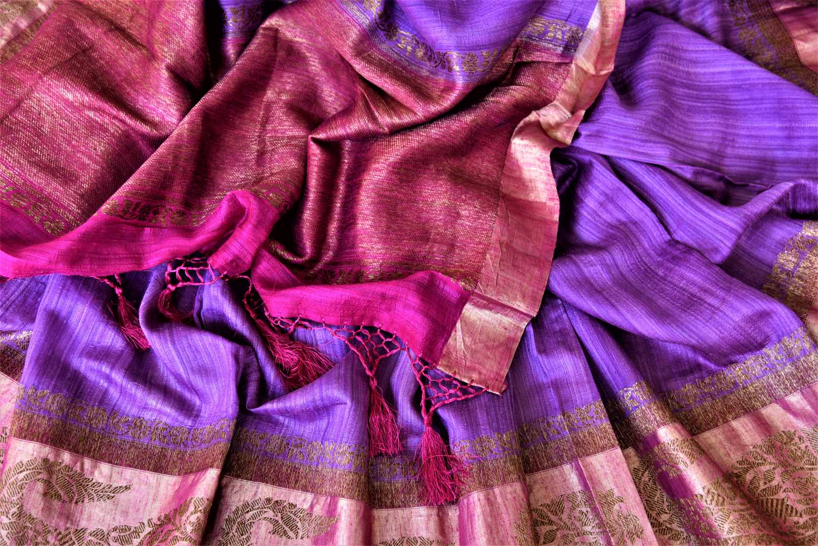 Shop stunning lavender tussar Banarasi sari online in USA with antique zari pink border. For Indian women in USA, Pure Elegance Indian fashion store brings an exquisite collection Banarasi sarees, Banarasi silk sarees, tussar sarees,  work sarees, pure silk sarees all under one roof. Shop online now.-details