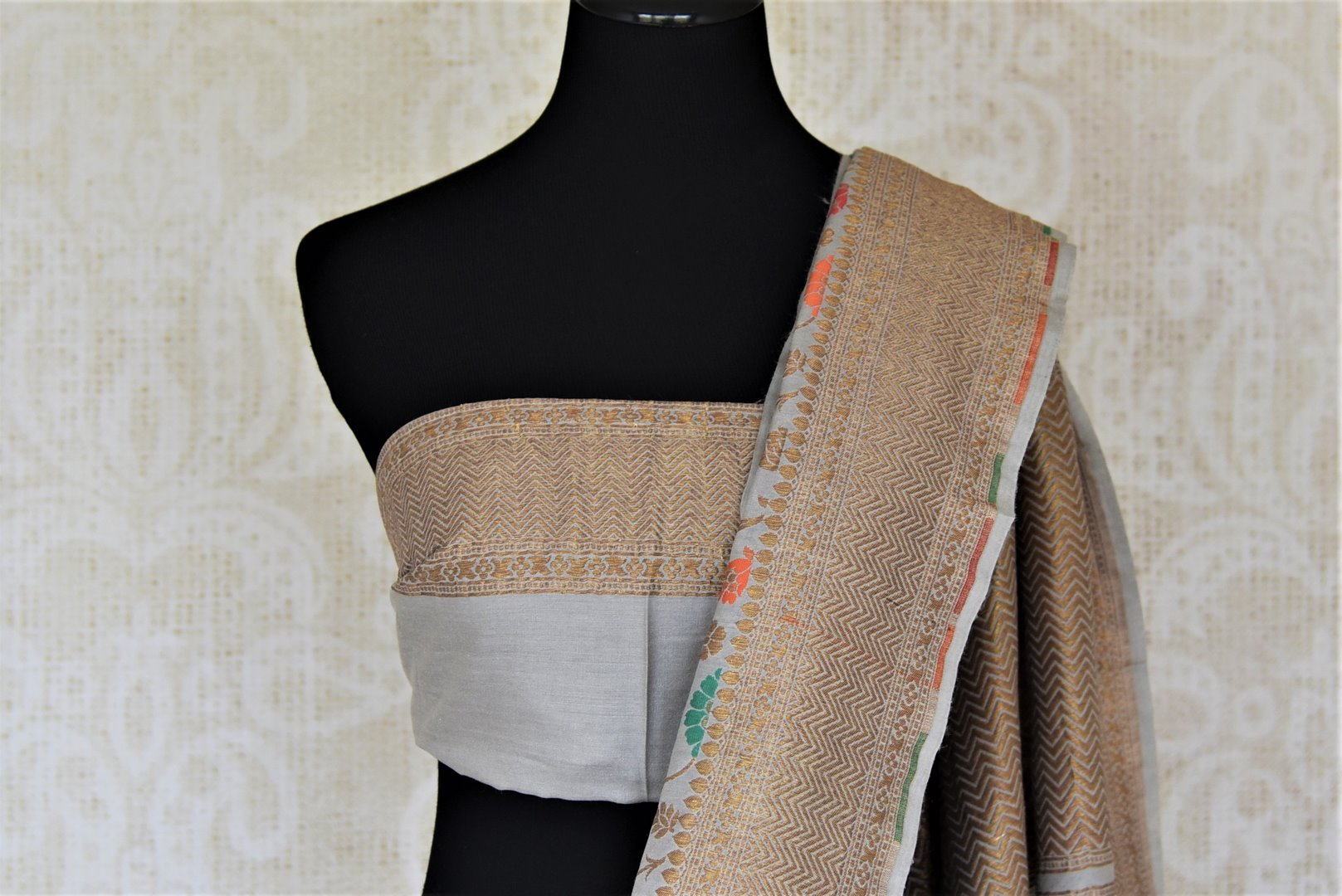Shop gorgeous light grey minakari weave Banarasi saree online in USA. Keep it light yet festive on special occasions with beautiful handwoven saris, Banarasi sarees from Pure Elegance Indian fashion store in USA.-blouse pallu