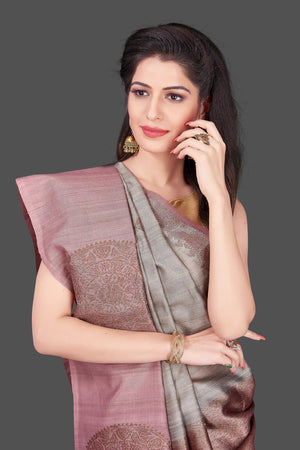 Shop grey tassar Benarasi saree online in USA with zari buta on mauve border. Shop beautiful Banarasi georgette sarees, tussar saris, pure muga silk saris in USA from Pure Elegance Indian fashion boutique in USA. Get spoiled for choices with a splendid variety of Indian sarees to choose from! Shop now.-closeup