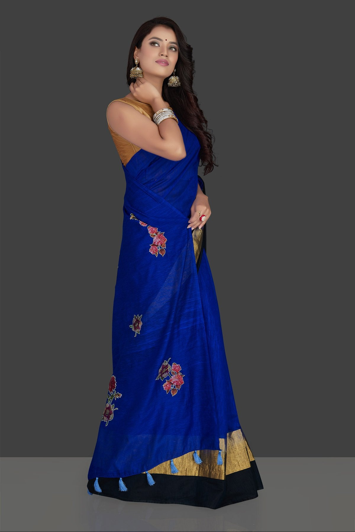 Buy beautiful indigo blue floral applique linen saree online in USA with floral saree blouse. Radiate elegance with designer sarees with blouse, linen sarees from Pure Elegance Indian fashion boutique in USA. We bring a especially curated collection of ethnic saris for Indian women in USA under one roof!-side