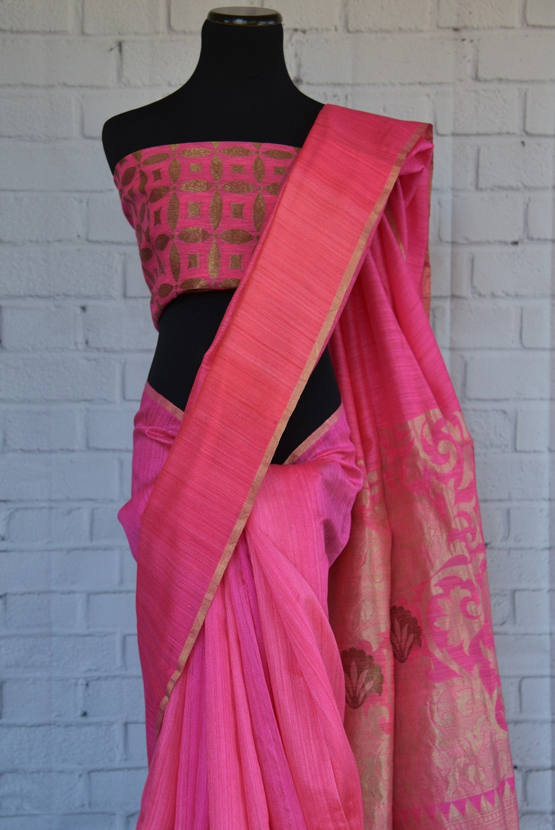 90C281 Striking pink & golden saree from India, that's a great pick for weddings, receptions & sangeet. The traditional matka Banarasi saree can be bought at our Indian fashion store online in USA.
