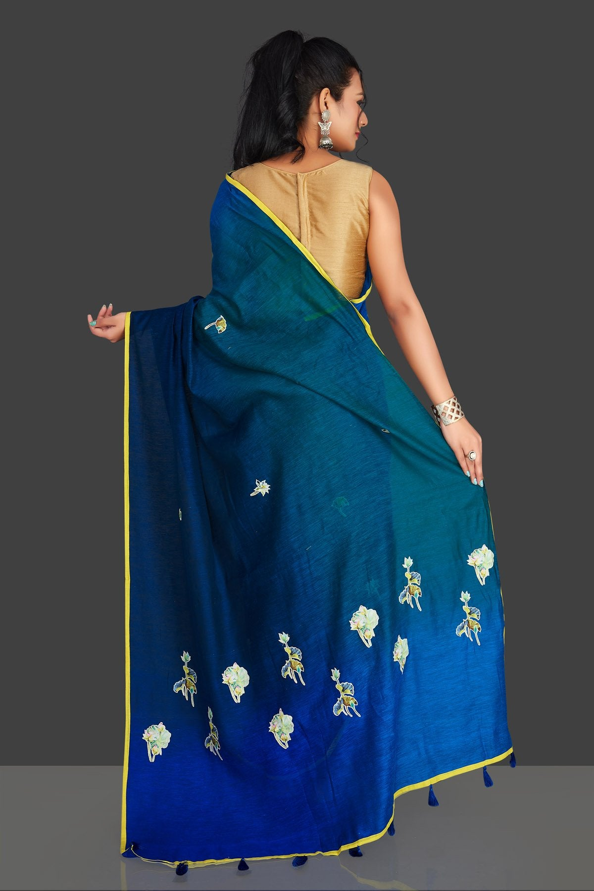 Shop blue and green applique work linen saree online in USA with white floral saree blouse. Radiate elegance with designer sarees with blouse, linen sarees from Pure Elegance Indian fashion boutique in USA. We bring a especially curated collection of ethnic saris for Indian women in USA under one roof!-back