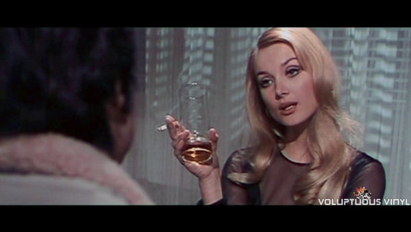 Barbara Bouchet smoking