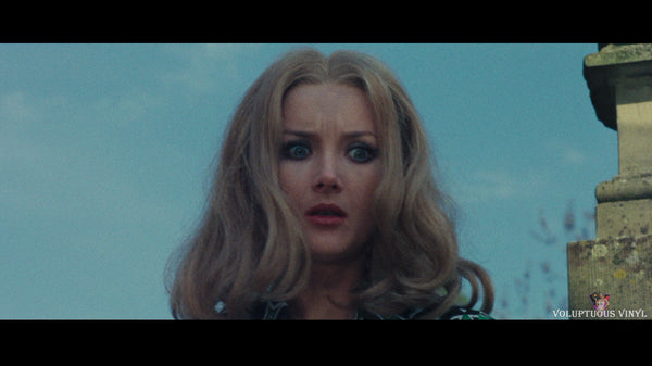 Barbara Bouchet freaked out in The Red Queen Kills Seven Times