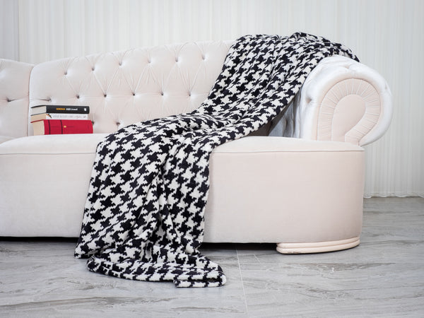 3 Amazing Ways to Drape a Throw Blanket Over a Couch