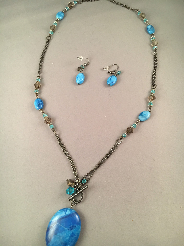 Large necklace with double chains connecting blue stones with a large blue stone pendant