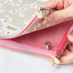 Cosmetic bags with magnetic fastenings