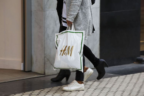 Image of someone holding an H+M shopping bag