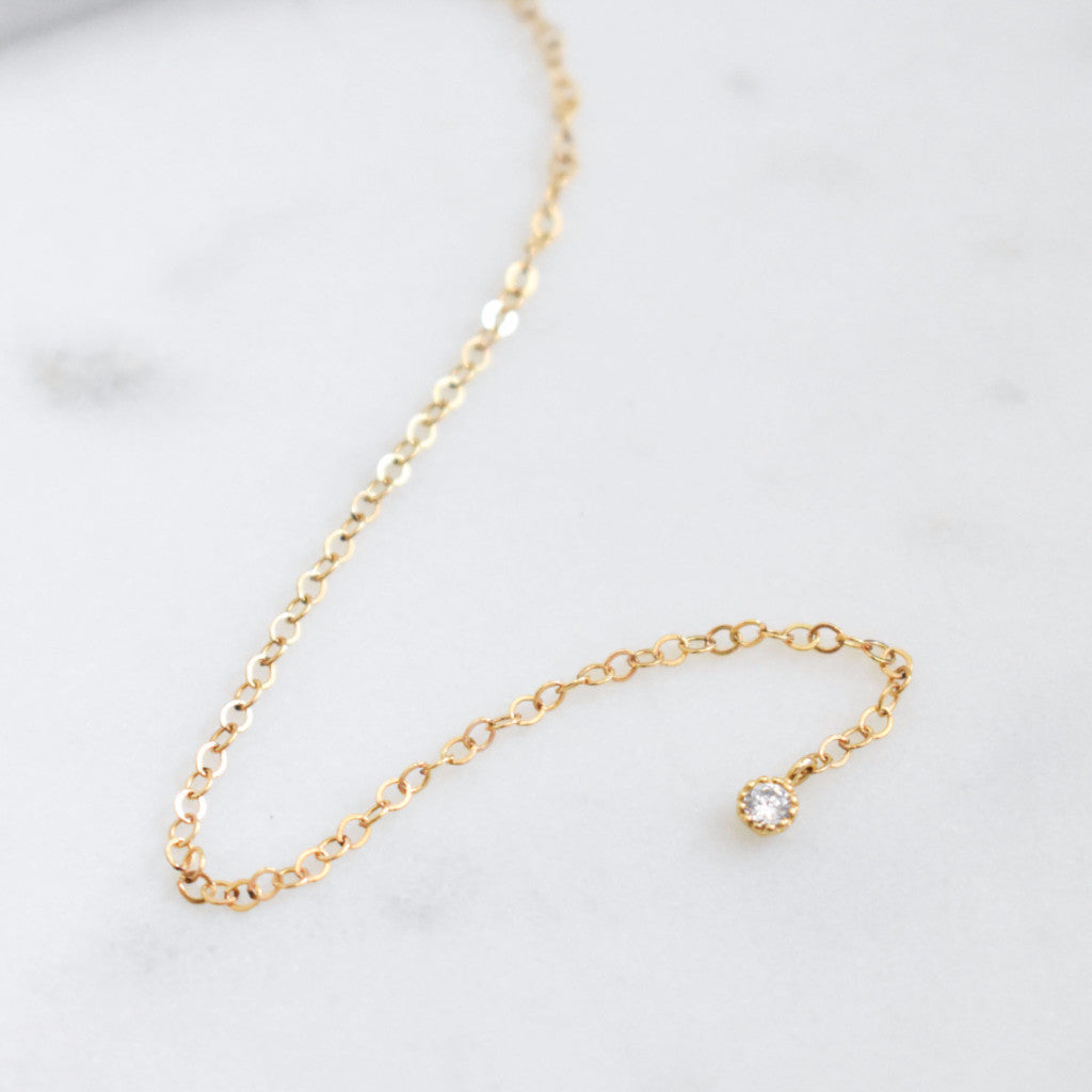 Delicate and dainty lariat, great for layering or wearing with other chokers.