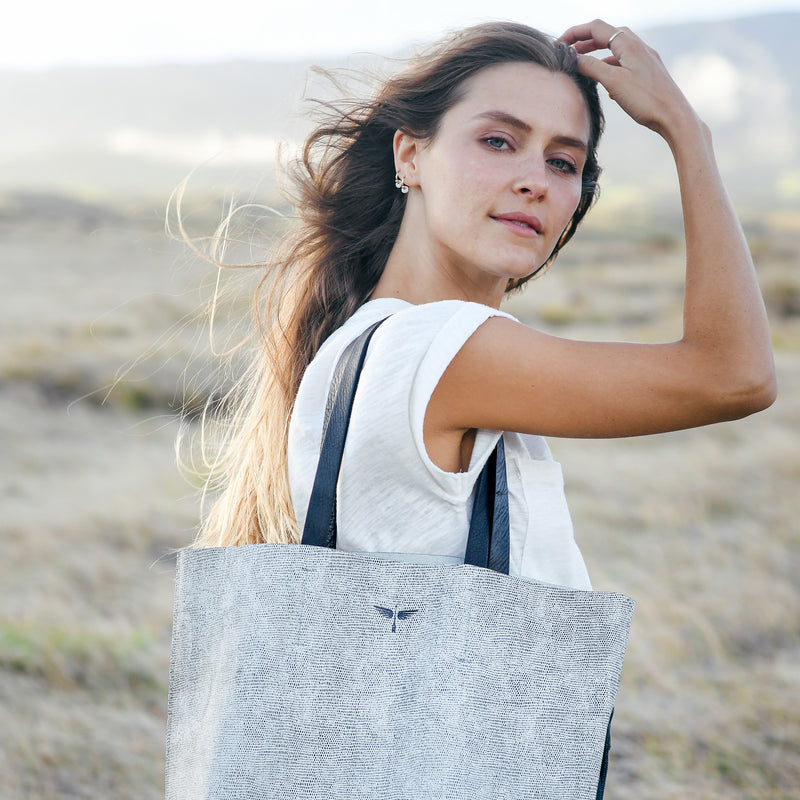 calandria tote in komodo grey with model