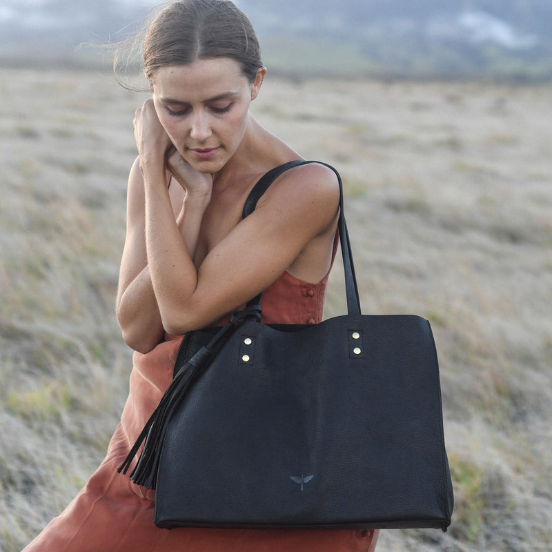 pampa tote in black with model