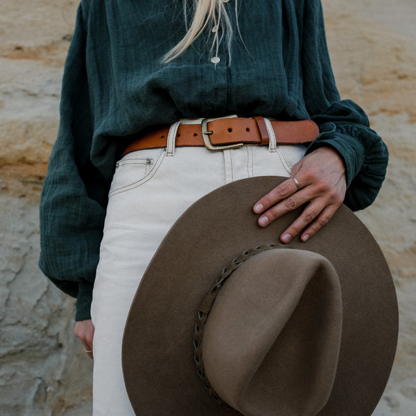 Tilo belt in Saddle on model