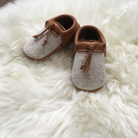 'Fibre' Baby Moccasins (Light Grey + Brown)