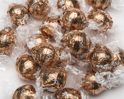 New limited edition Fudge Swirl Lindor! Imported from the USA. Milk chocolate with a lovely swirl of white chocolate ganache. A popular and addictive Lindt chocolate.