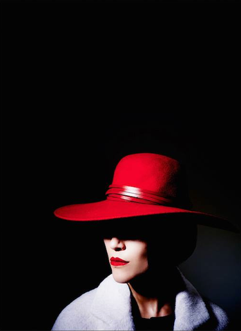 Eleanor Matsuura wearing 'Marfona' by The Season Hats
