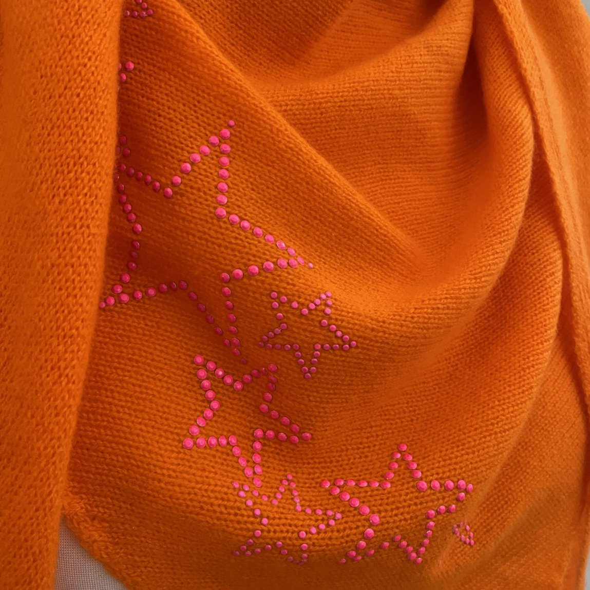 Knitted cashmere triangle scarf STARS (orange/neon pink)