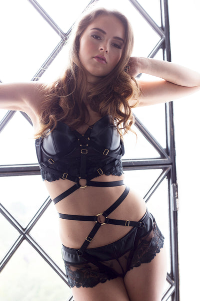 Bon Bondage on top ov Midnight Lace