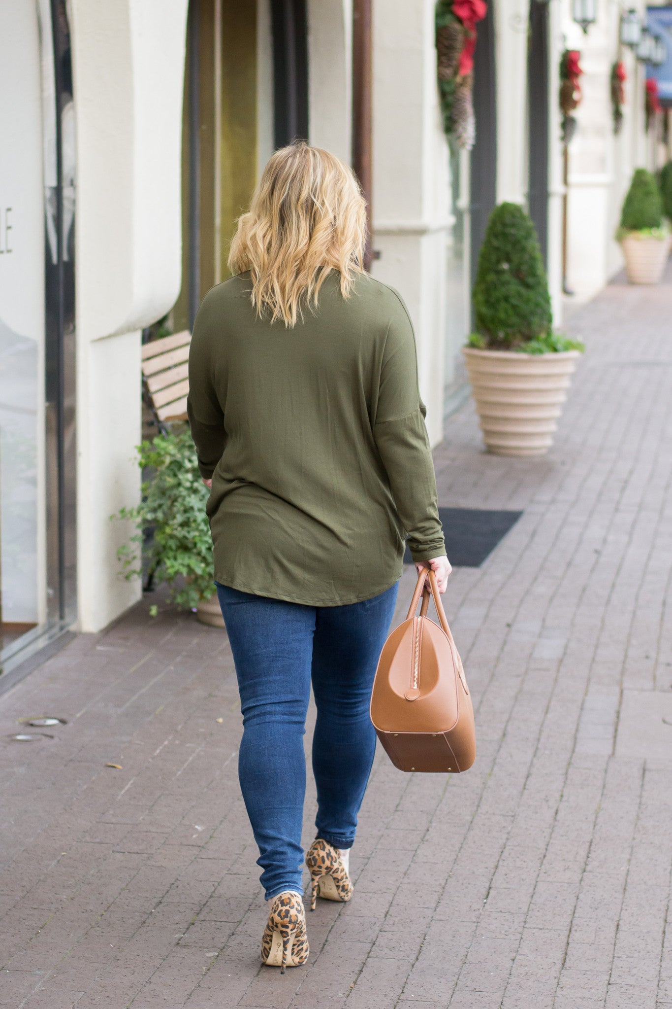 Basic knotted long sleeve top styled with leopard heels