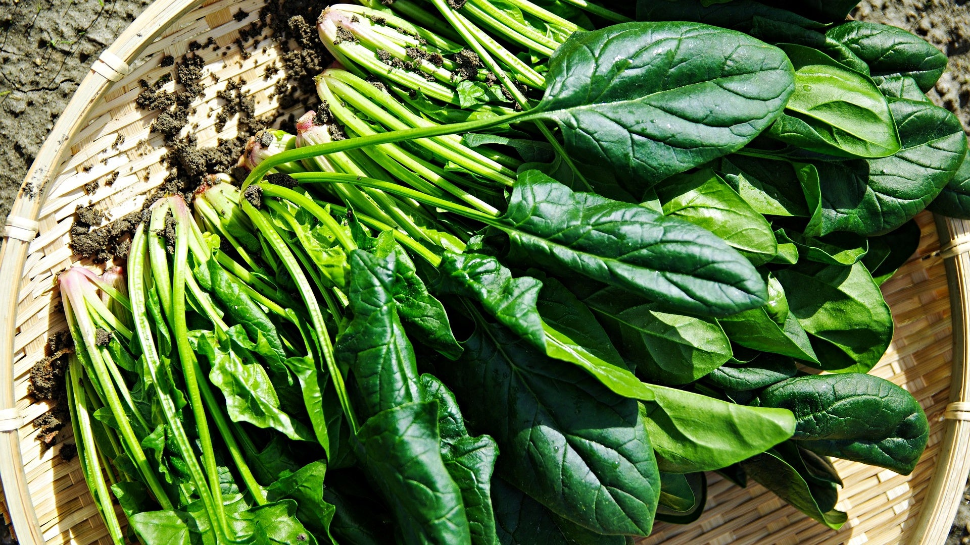 eating spinach for healthy skin