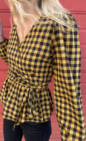 JDY Bluse - Rome Wrap - Black Checks/Woodthrush på model fra siden