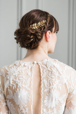Bride wearing a hair comb made of gold laurel leaves