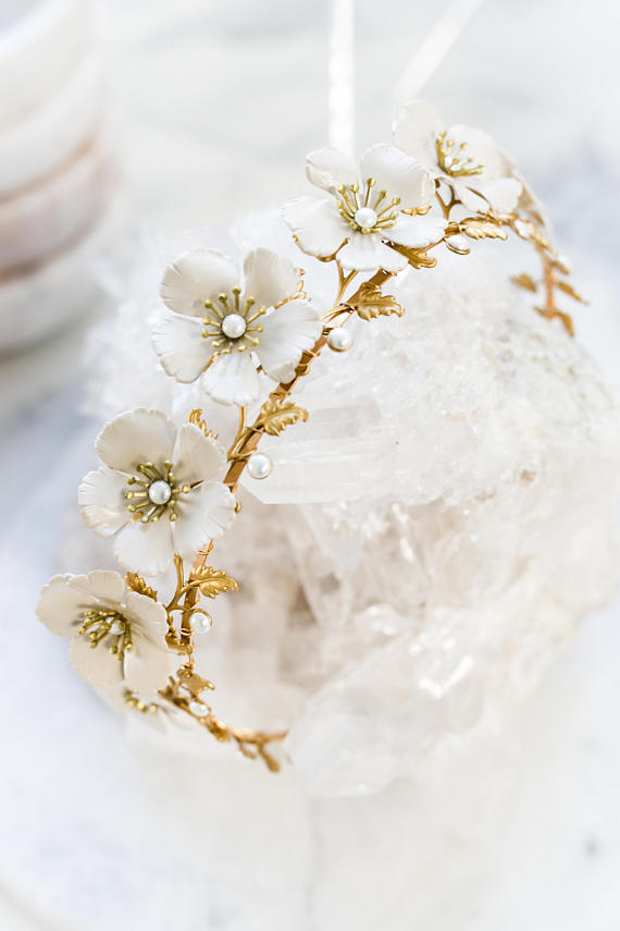 Close up of a bridal tiara made of gold leaves and ivory roses