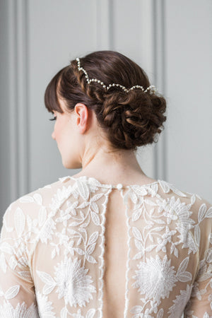 Bride wearing a scalloped heapiece made of pearls