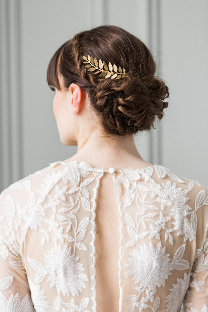Bride wearing a hair comb made of gold laruel leaves