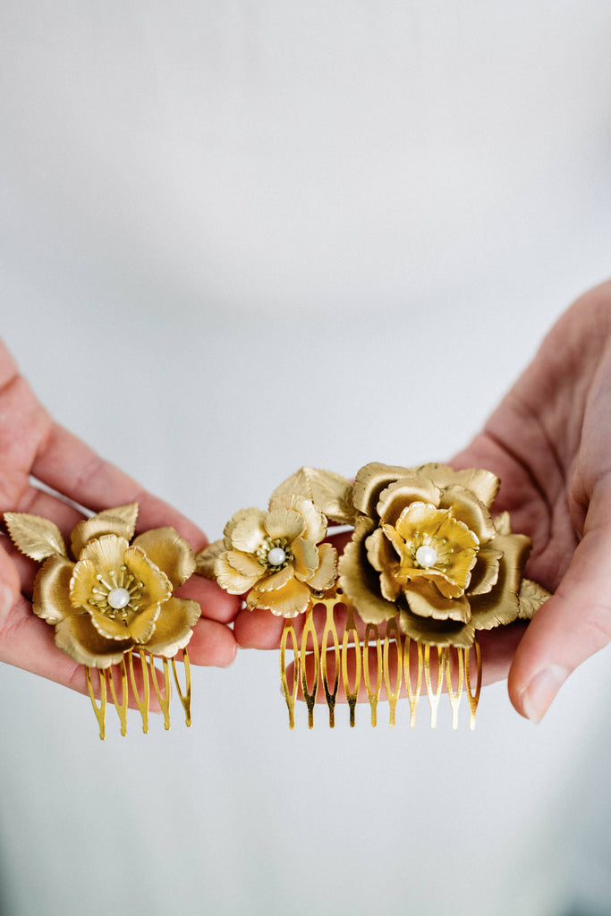 Close up of a bridal hair comb made of gold flowers