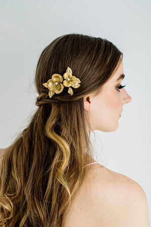 Bride wearing a hair comb made of gold flowers