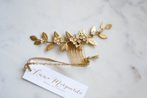 Cose up of a gold leaf bridal hair comb