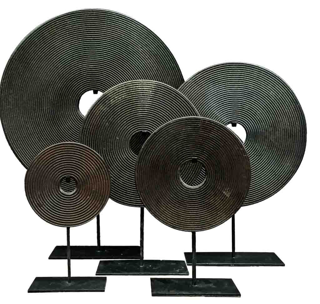 Bi-disc in dark brown tones with carved circles - Design interiors