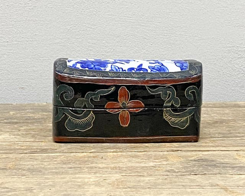 Little box with porcelain lid