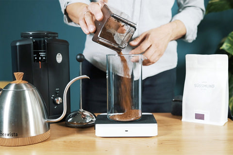 Kaffeepulver in die French Press füllen