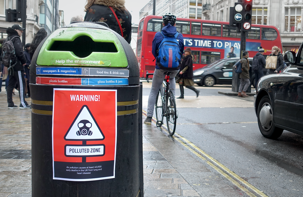 AIRINUM CREATED WARNING SIGNS TO EDUCATE THE PUBLIC ABOUT AIR POLLUTION IN LONDON