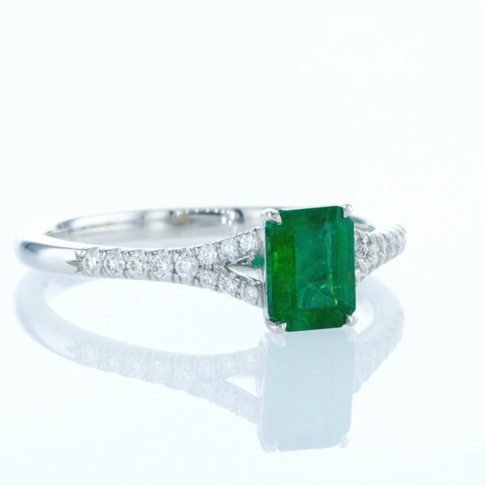 Emerald Ring with with V side diamonds