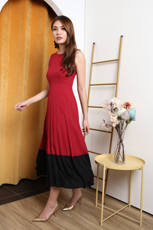 Vonda Colourblock Pleated Maxi Dress In Red/Black