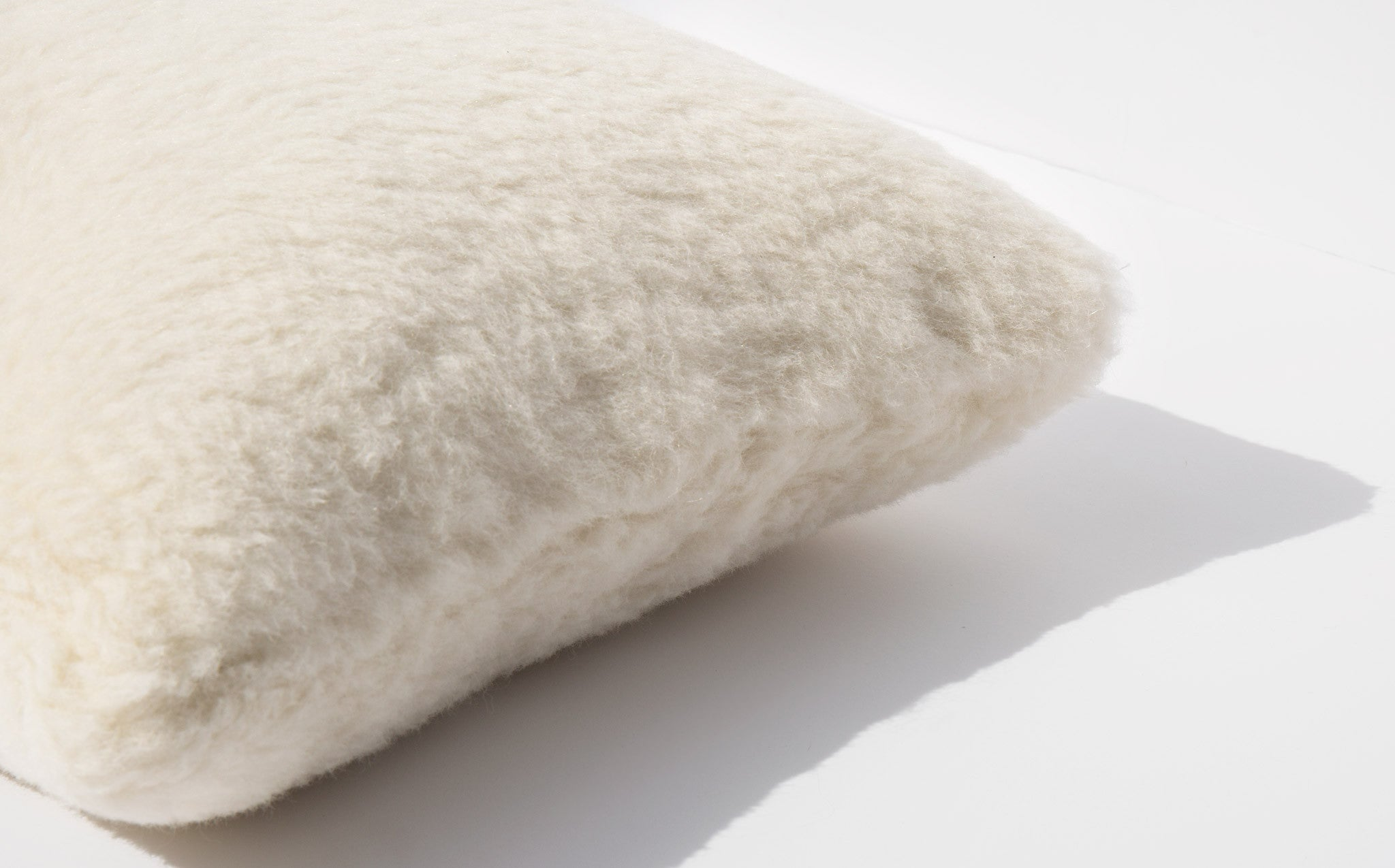 Fells / Åndes Fjun Levätä Alpaca Pillow kindred black