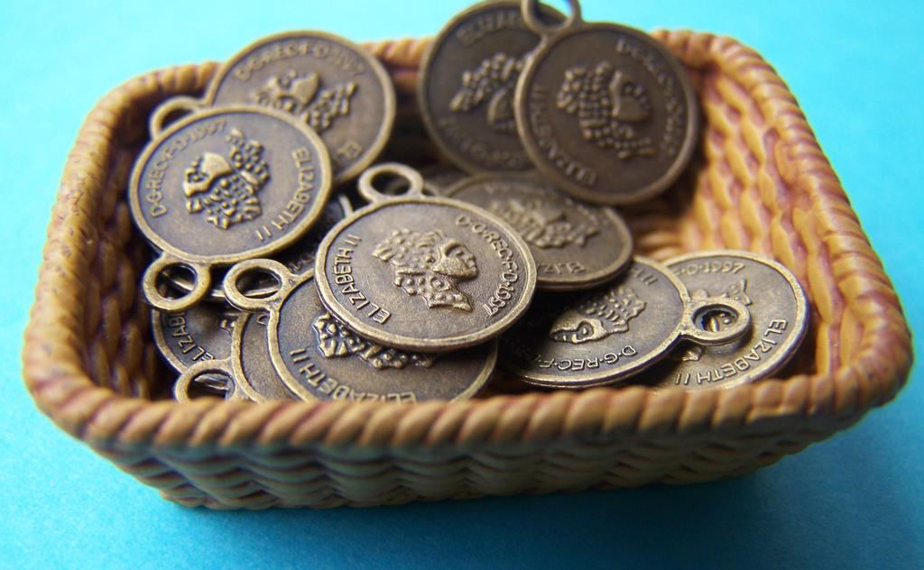 50 pcs Antique Bronze Queen Coin Round Charms  10x13mm A4040