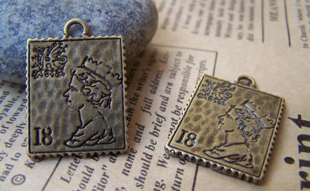 Accessories - 10 Pcs Of Antique Bronze Queen Elizabeth Stamp Charms Double Sided 19x22mm A487