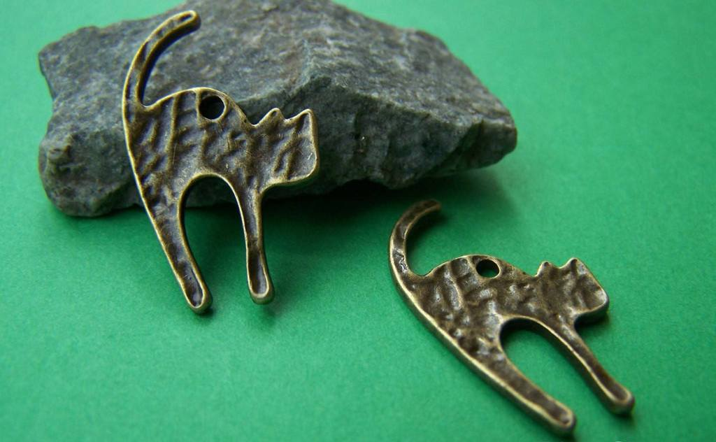 Accessories - 20 Pcs Of Antique Bronze Textured Angry Cat Charms 18x26mm A665