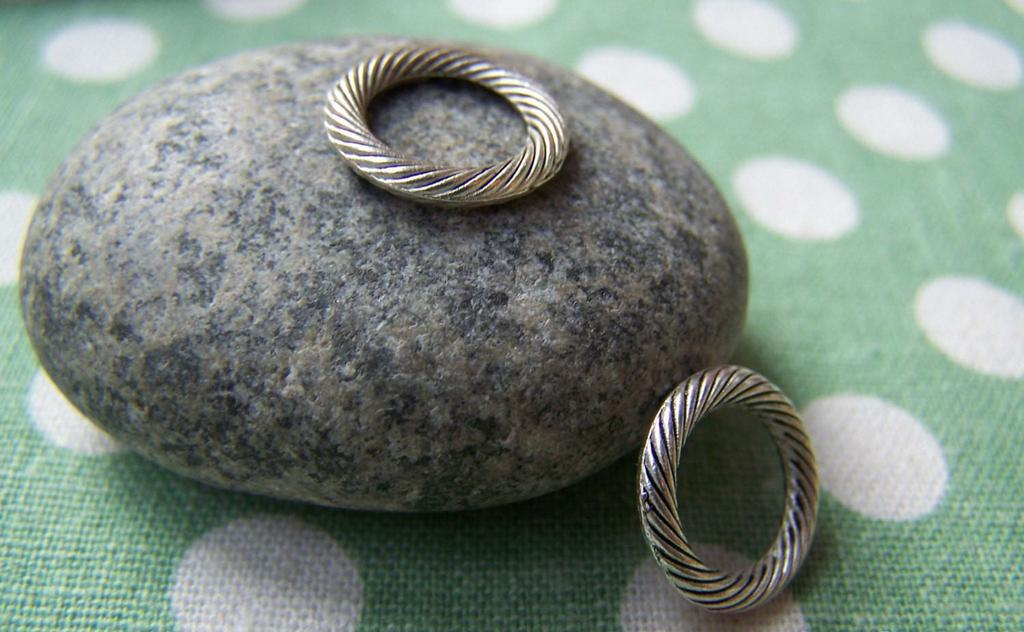 Accessories - 20 Pcs Of Antique Silver Textured Coiled Ring Connectors 13mm A1131